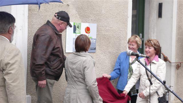 Enthüllung der Tafel für den 50. FrauenOrt in Sachsen-Anhalt