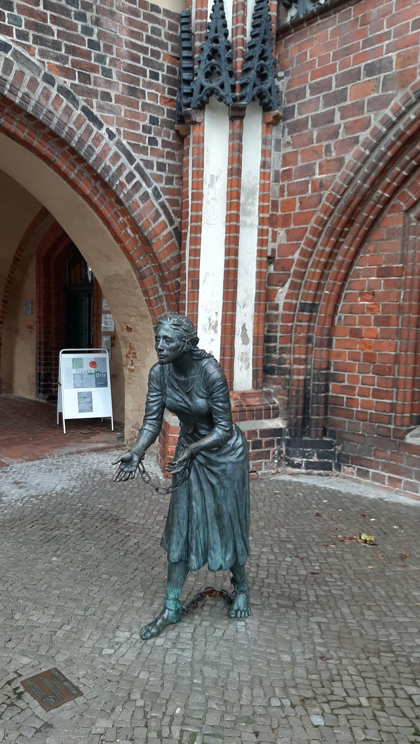 FrauenOrt Tangermünde Grete-Minde-Denkmal vor Historischem Rathaus