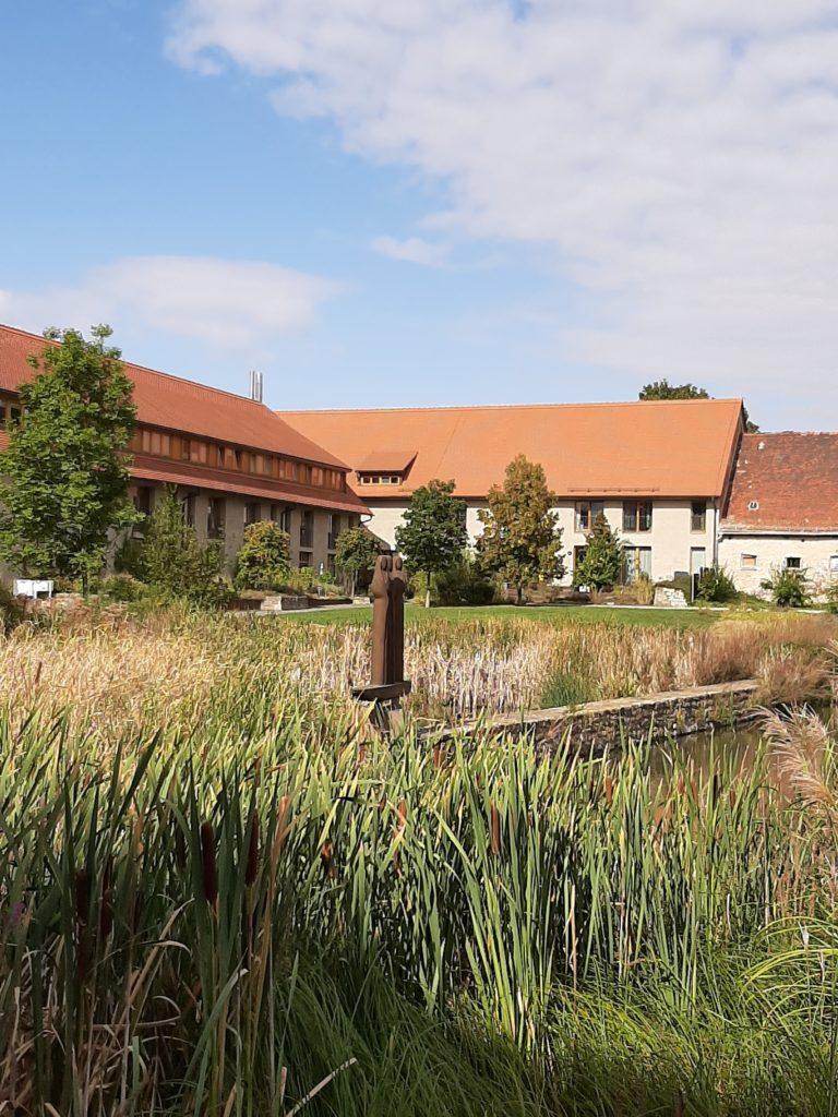 FrauenOrt Kloster Helfta Detailblick zum Gästehaus mit Skulptur der drei Mystikerinnen