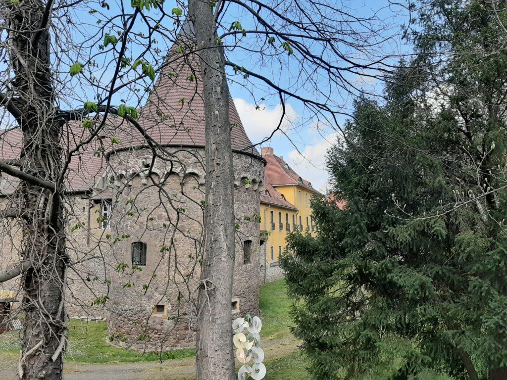 FrauenOrt Halle Unterburg Giebichenstein 01_Blick in Burggrabengelände mit Metall-Skulptur