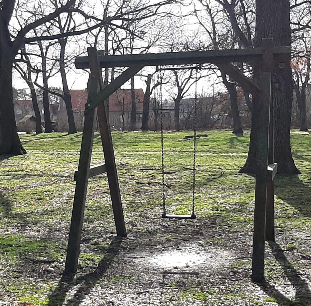 FrauenOrt Zerben (Effis) Schaukel im Schlosspark