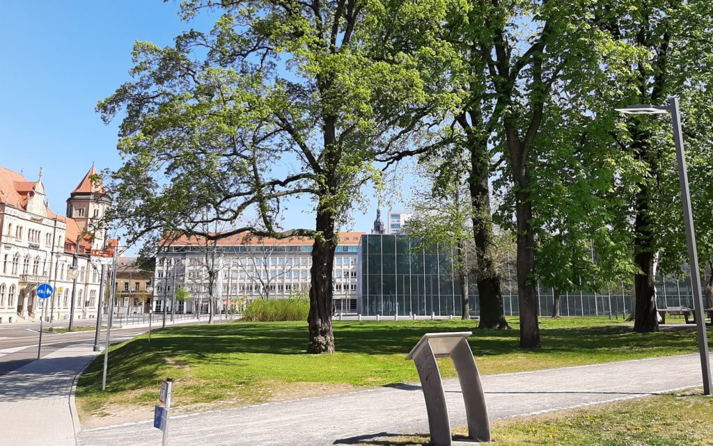 FrauenOrt_Ehemaliges Landesbehördenhaus im Stadtpark Dessau hinter Bauhausmuseum