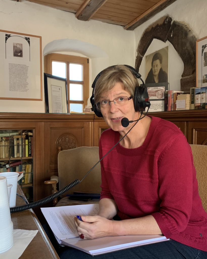FrauenOrte Podcasterin Anke Triller bei der Aufnahme im Heimathaus Nebra