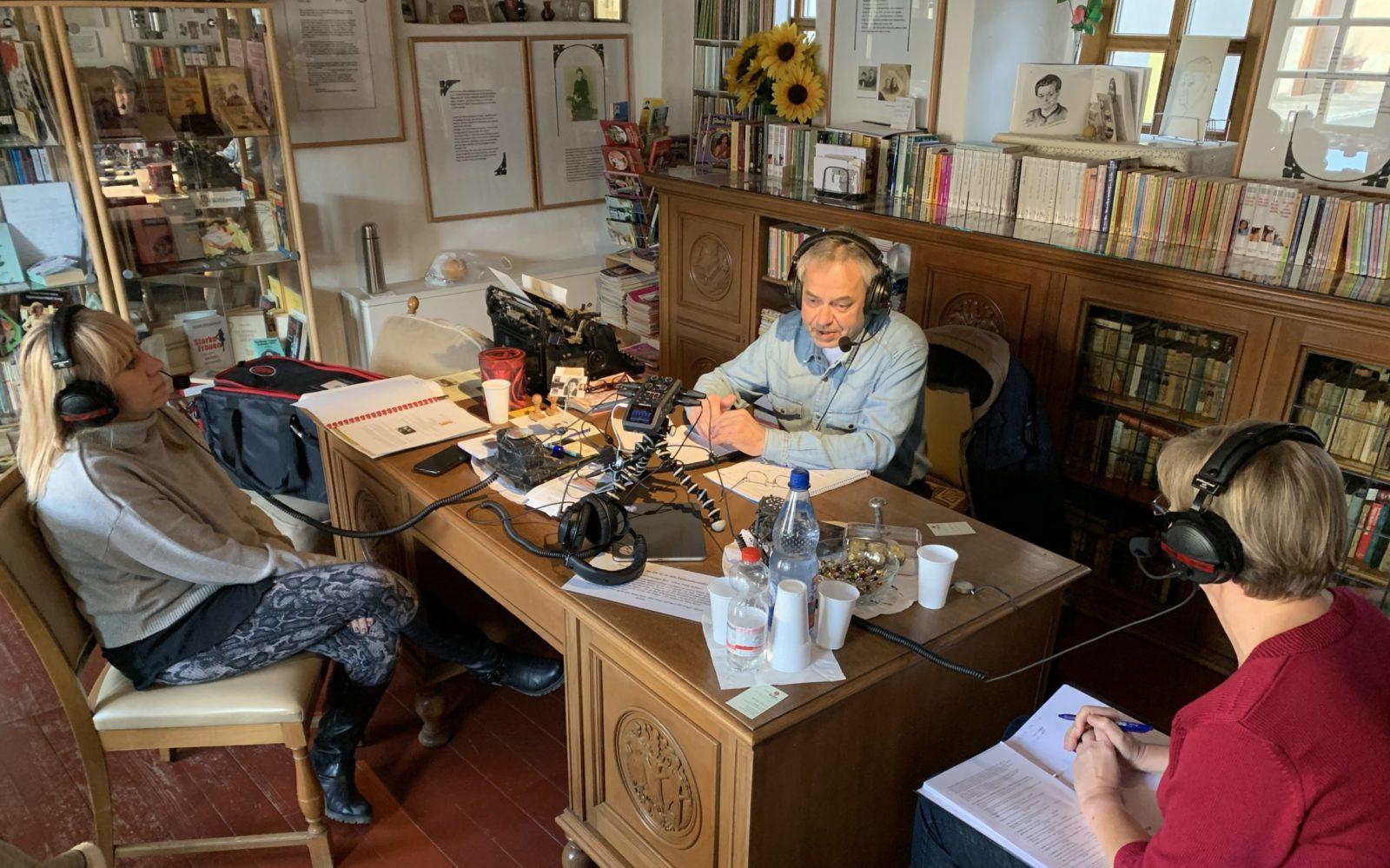 #frauenorte-der podcast-Aufnahme der Pilotfolge in Nebra vlnr Isabell Aurin-Miltschus / Norbert Schulz/ Anke Triller
