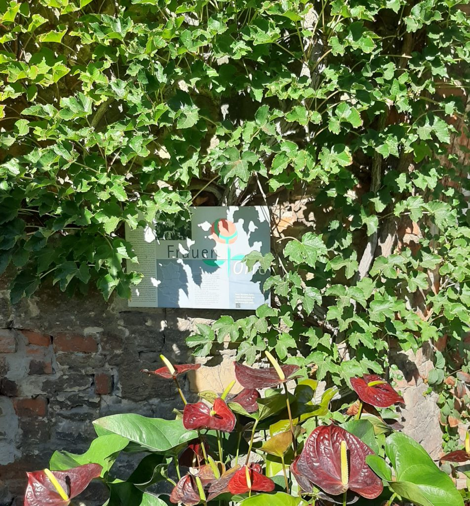 FrauenOrt Halle Neue Residenz Tafel im Innenhof_Herbst