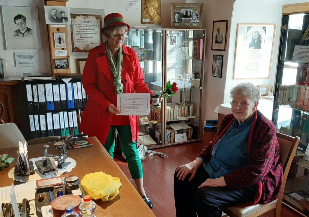 FrauenOrt Nebra 15.Geburtstag Gratulation an Archiv-Begründerin Roswitha Hartmann